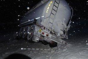 Cesta I/11 v katastri Oščadnice bola dnes okolo 3.20 hodiny miestom dopravnej nehody.