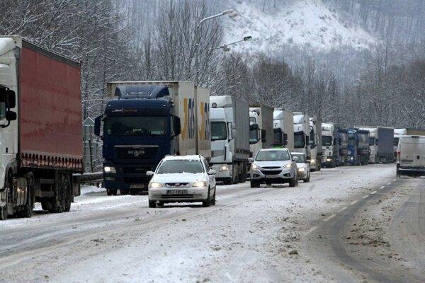 V Banskobystrickom kraji sú horské priechody uzatvorené, kamióny odstavujú už na hraniciach.