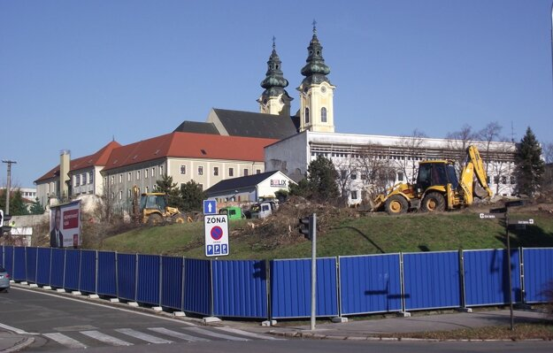 Zeleň z kopca odstránili koncom decembra.