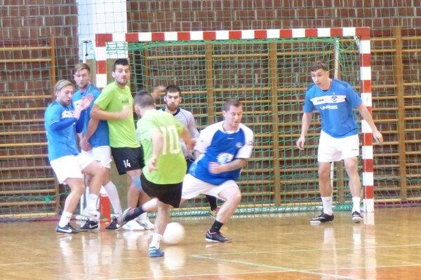 Momentka zo zápasu Mäs-com Victory team - FC Mobitel.