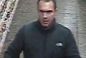 Tento muž zachytený kamerou môže pomôcť objasniť prípad krádeže.