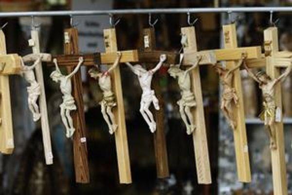 Slovenské zákony žiadne pravidlá umiestňovania náboženských symbolov neurčujú.