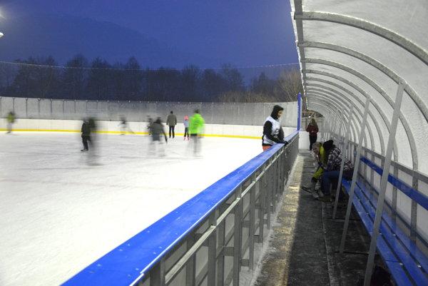 Revúčania si hneď po otvorení prišli vyskúšať ľadovú plochu.