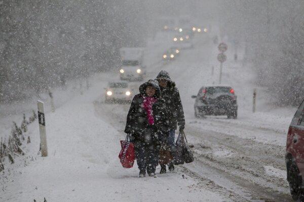 Husté sneženie v Japonsku komplikovalo dopravu.