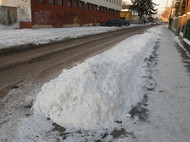 Kopy snehu sú aj na miestach, kde by mali parkovať vozidlá.