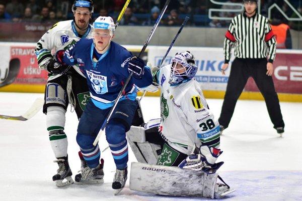 Brankár Nových Zámkov Lundström bol v nedeľu v Nitre prekonaný iba raz a hostia si odniesli nečakané tri body. V modrom drese Juraj Šiška, ktorý asistovali pri góle Milama.