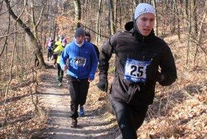 Celkovým víťazom medzi mužmi sa stal osemnásťročný levický triatlonista Matúš Verbovský (vpravo), ktorý v bežeckých súťažiach preteká za ŠK Atléti Banská Štiavnica.