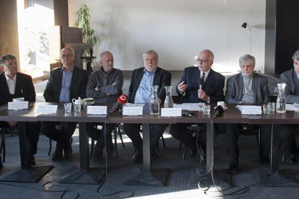 Vedci počas tlačovej konferencie.