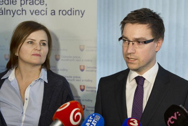 Marián Valentovič (vpravo) a Mária Marcinová počas tlačovej konferencie.