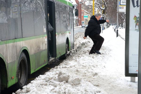 Aj zimná údržba počas januárovej kalamity patrí k argumentom starostov menších mestských častí.