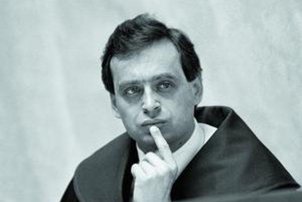 Ernest Valko na fotografii z roku 1992, keď bol predsedom federálneho Ústavného súdu. V pondelok večer ho neznámy vrah zastrelil.