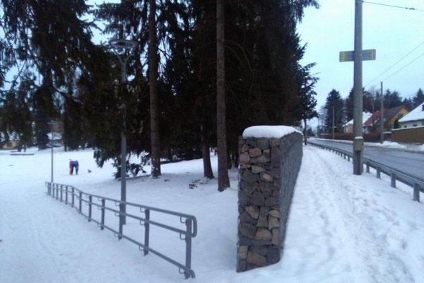 Nový múr v parku.