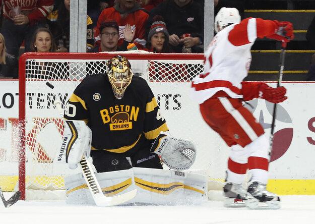 Tomáš Tatar skóruje do siete Bostonu Bruins.