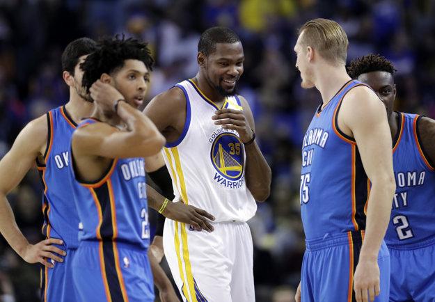 Kevin Durant (v strede) nastúpil proti svojmu bývalému tímu.