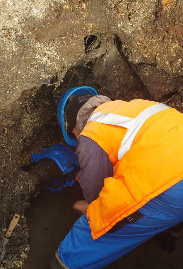 Oprava diery na potrubí.