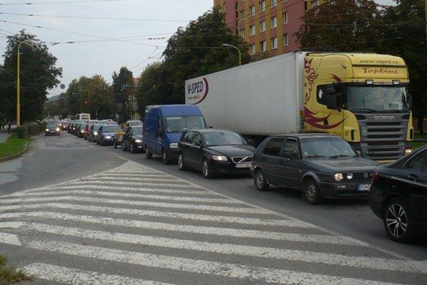 Ulica Obrancov miestu je často upchatá. Uzávierka jej časti zrejem už aj tak kolabujúcej prešovskej doprave nepomôže.