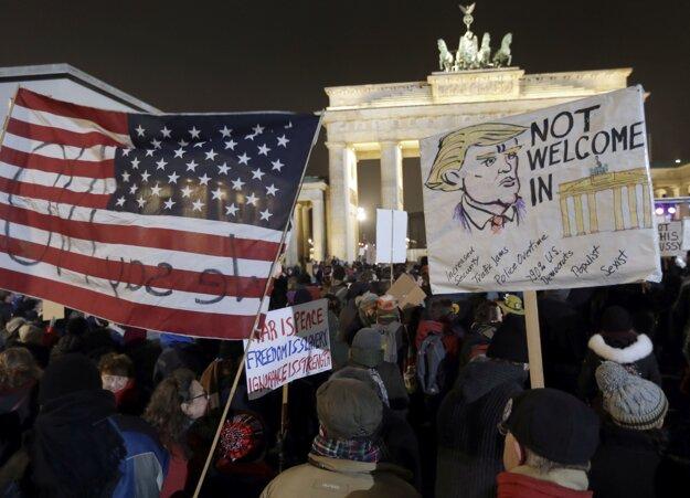 Demonštrujúci ľudia pri Brandenburskej bráne v Berlíne.