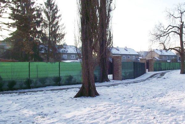 Za plotom je zatrávnený pozemok, ktorý patrí cirkvi. Tá ho prenajala.