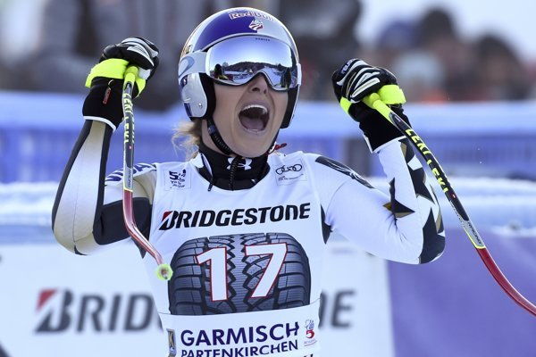 Americká zjazdárka Lindsey Vonnová oslavuje víťazstvo v cieli zjazdu SP v nemeckom Garmisch-Panterkirchene.