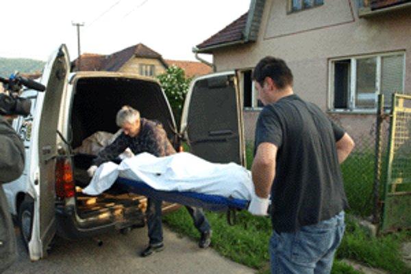Dvaja muži sa udusili splodinami z horiaceho matraca.