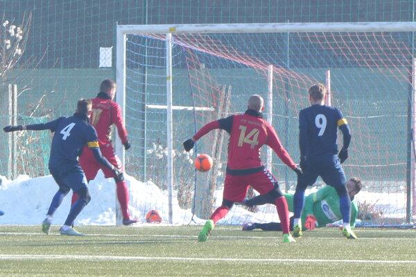 Vyrovnávajúci gól Sama Mráza (11), sleduje s č. 14 Matej Kosorín.