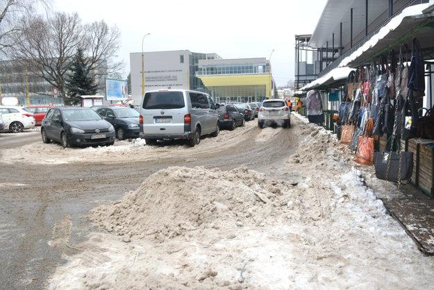 Trh vblízkosti parkoviska. Niektoré kopy snehu zparkoviska prekážali trhovníkom pri predaji.