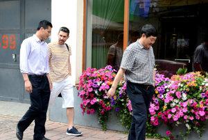 Číňania v Košiciach. Takto sme vlani odfotili zástupcov He-Steelu, vrátane Zhao Lishu (v popredí), finančného šéfa spoločnosti Tangsteel.