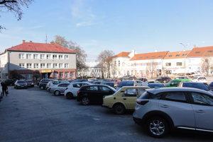 Na námestí a v okolitých uliciach sa možno nebude dať parkovať vôbec. Odborníci radia, aby mesto dopravu vytlačilo z centra do iných lokalít.