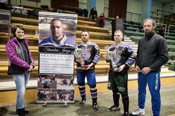 Putovný pohár azlaté medaily vrukách Pala Izáka aRoba Drábika. Ceny odovzdávala Petra Jurgová aTomáš Urbaník.