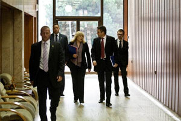 Iveta Radičová a minister financií Ivan Mikloš prichádzajú na schôdzu vlády.
