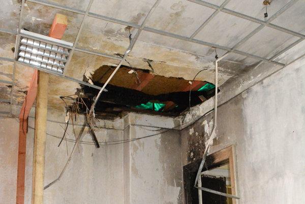 Učebňa na treťom poschodí. Experti zatiaľ oficiálne nepotvrdili príčinu požiaru, no podľa jednej z teórií mal oheň vzplanúť na tomto mieste.