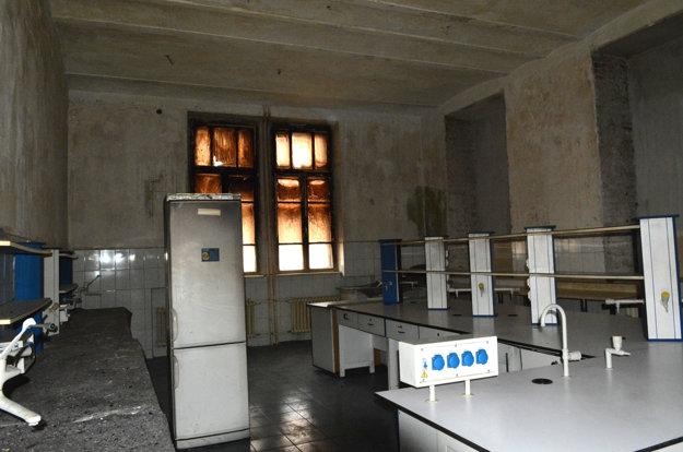 Po dekontaminácii. Pracovníci kompletne očistili steny laboratória od sadzí z rozsiahleho požiaru.