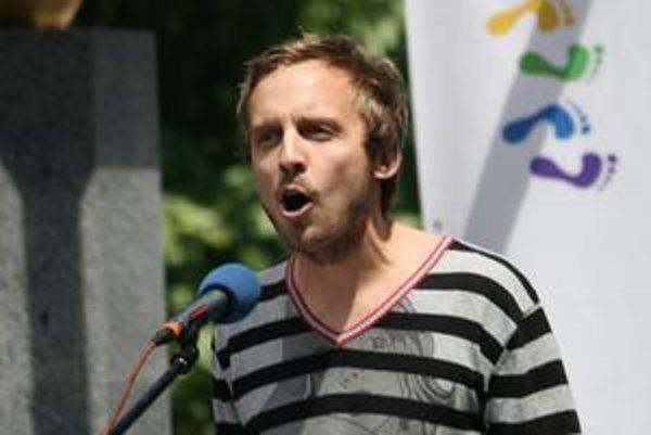 Michal Hvorecký počas akcie na podporu homosexuálov.