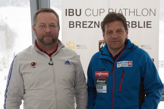 Vľavo technický delegát Medzinárodnej biatlonovej únie (IBU) a riaditeľ majstrovstiev sveta v biatlone juniorov Arne Eidam a kadetov 2017 a vpravo prezident Slovenského zväzu biatlonu Tomáš Fusko.
