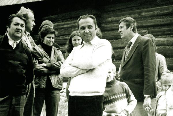 Jozef Kekelák (v popredí vbielom svetri) skolegami.