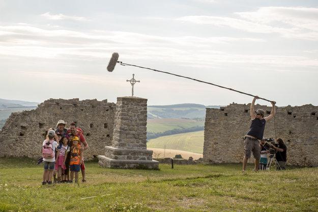 Na hrade Branč. Nový seriál Prázdniny sa nakrúcal v krásnych exteriéroch a v prírodnej scenérii.