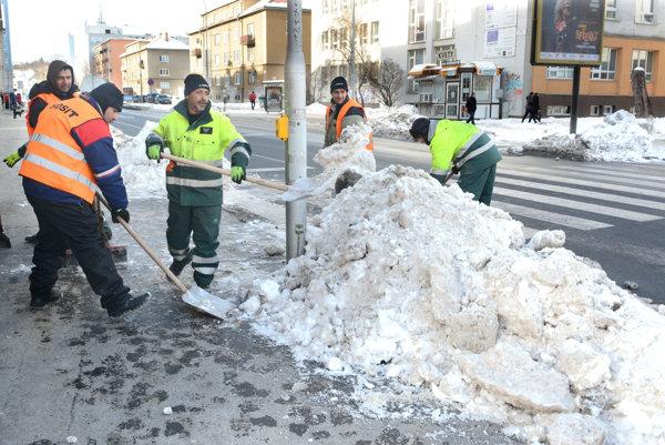 Dvanásty deň od konca sneženia. Na Letnej v širšom centre mesta majú chodci konečne k dispozícii plný profil priechodu.