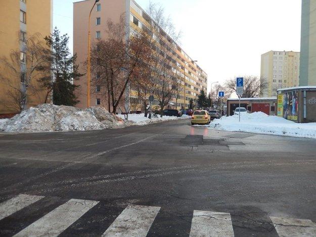 """Malá kopa pýta viac. Podľa autorky snímky z križovatky Košťova – Oštepová si robí Kosit srandu. Sneh nahádzali na chodník pri priechode pre chodcov (obsypali aj lampu), pričom na druhej strane na trávniku vedľa garáží bolo voľného priestoru habadej. Snehová """"preliezačka"""" nevydržala iba chvíľu, je tam už niekoľko dní."""