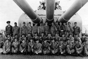 Členovia posádky USS Indianapolis. Edgar Harrell v strednom rade pod stredným delom.