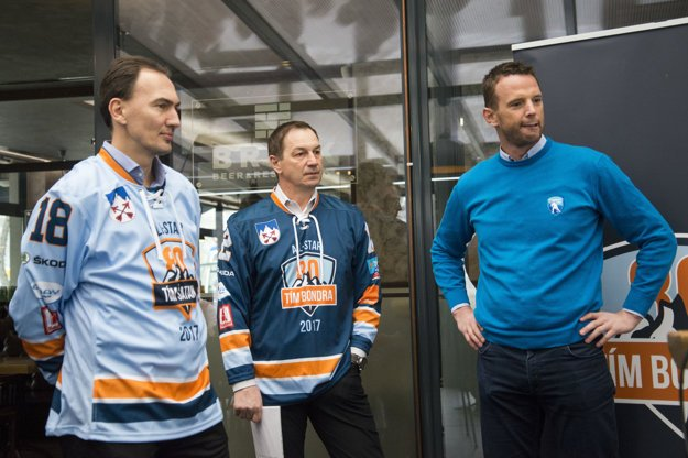 Manažéri oboch tímov s riaditeľom Tipsport ligy Richardom Lintnerom (vpravo).
