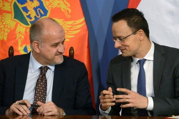 Péter Szijjártó (vpravo) sa rozpráva so svojím čiernohorským rezortným partnerom Srdjanom Darmanovičom.