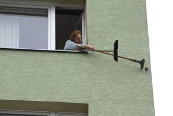 Obyvatelia panelákov sa snažia diery v stenách zapchať.