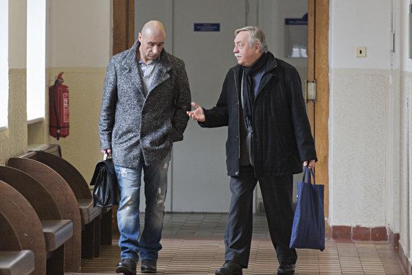 Na snímke vľavo obžalovaný Ľuboš F. prichádza na súdne pojednávanie 9. februára 2016 v Bratislave.