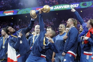 Hádzanári Francúzska oslavujú zisk titulu majstra sveta.
