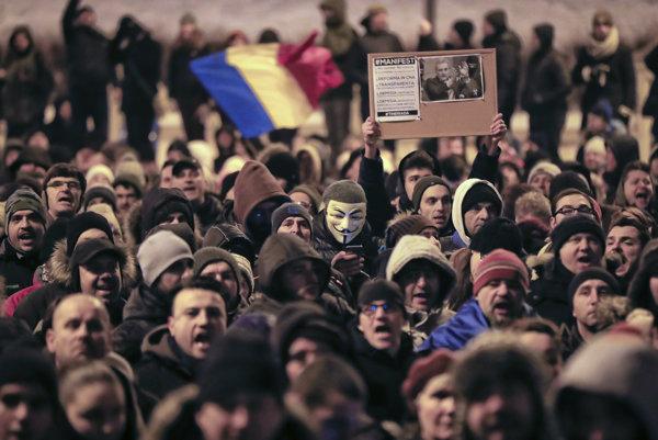 Demonštranti sa zhromaždili na bukureštskom Univerzitnom námestí.