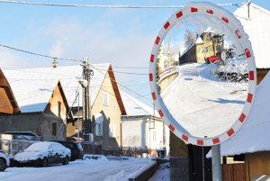 Obec čaká na peniaze z eurofondov na opravu cesty už rok.