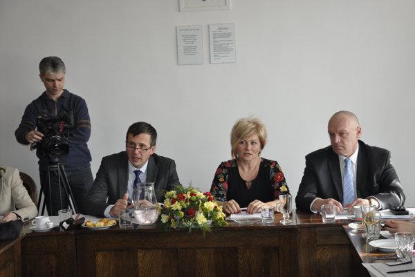 Pri rokovaní za stolom zľava Anton Marcinčin, Alexandra Pivková a Branislav Hámorník.