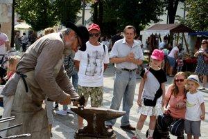 Ukážky ľudových remesiel tradične lákajú do centra domácich aj turistov.