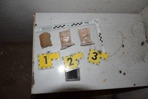 Policajti zhabali heroín.