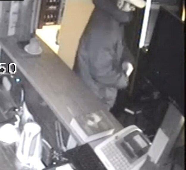 Polícia žiada o pomoc pri stotožnení tohto muža.